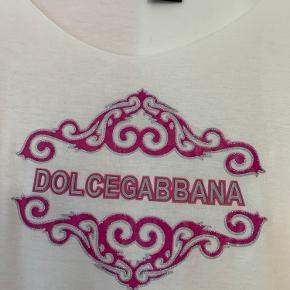 🌸 Hvid D&G langærmet med pink logo på brystet 🌸 90'er / 00'er stil med tryk og glimmer print i lyserød 🌸 Fitter xs/small og ret lille medium 🌸 Vintage fund