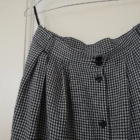 Fin ternet højtaljet vintage nederdel i str 42 svarer til en m/l med knapper hele vejen ned