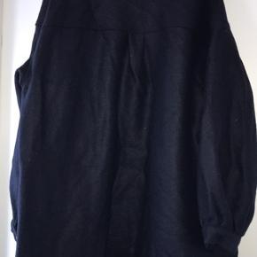 Har aldrig været i brug. 100% uld, og frakken har ikke for.