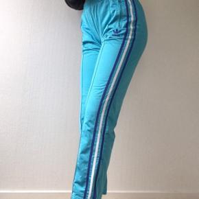 Vintage Adidas Firebird trackpants i farven aqua lab blue (produceres ikke længere)   Størrelse L (fitter str 38)