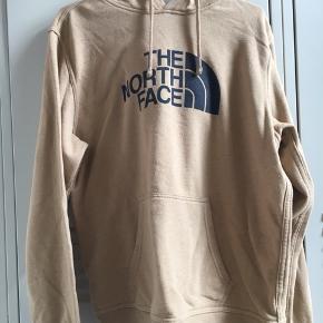 Lækker hoodie fra The North Face, den har dog små pletter i siden, og en lille plet på ærmet, dog uden nogen stor betydning.