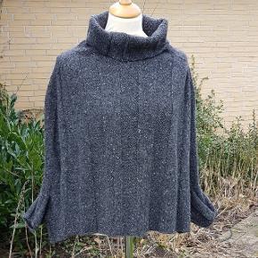 Et flot poncho håndstrikket i Donegal mohair tweed, størrelsen er angivet som m/l og dækker flere størrelser.