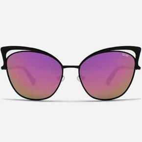 SPRIT NYE über frække retro-inspireret cat-eye solbriller i sort metalstel med pink mirror lens. Så fed model! Rigtig god komfort med ørestykke og næsepuder. Kommer i original Quay Australia emballage.  ** SE ALLE MINE LÆKRE ANNONCER **  *NYE* Cat-eye solbriller Farve: Sort/Pink