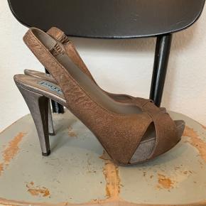 Slingback tiptoe pumps i matte metalliske toner. Rå stil. Str.39.