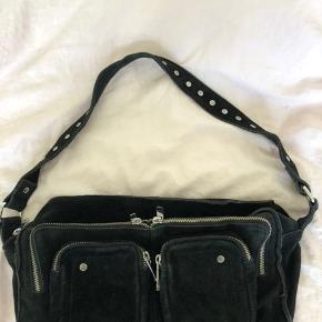 """Sælger min højt elskede nunoo taske, da jeg dsv ikke får den brugt nok.  Tasken er i modellen """"nunoo Alimakka"""" i sort ruskind. Mål L: 34 x H: 19 Np: 1199 Mp: 600  Kvit haves. Køber betaler fragt. BYD;)"""