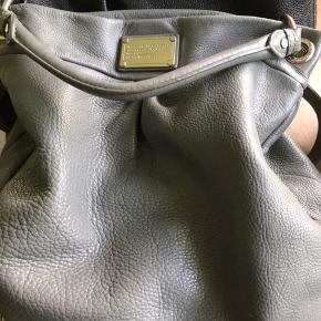 Flot klassisk MJ taske med sølv hardware. Mellem model som ca måler 35 x 35.