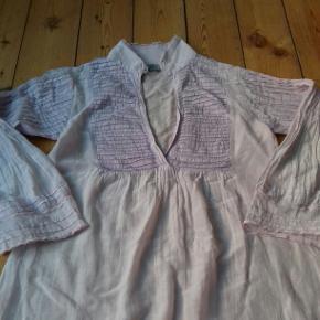 Sød lys lavendel (nat)kjole med dyb udskæring og flæser/blonder