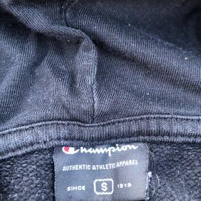 🛍CHAMPION ZIP-HOODIE🛍  Størrelse S *OBS: Hånden er sat på trøjen pga. kamera ikke ville fokusere på det hvide logo Alt forsendelse er på købers regning!💕