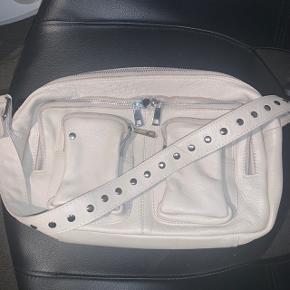 Alimakka crossbody taske fra Nunoo. Beige skind, som er udgået hos Nunoo. Den er brugt lidt men ingen skader som man lægger mærke til.  Hvis man vi have dem lange rem med, så vi nok lige kigge efter den, men er ikke 100% sikker. Skriv endelig✨