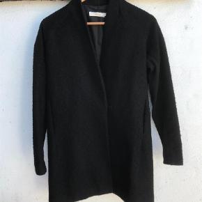 Varetype: Frakke Farve: Sort  Stadig i fin stand  Bryst lukket 55 cm Fra skulder og ned 85 cm