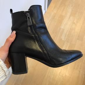 Lækre læderstøvler fra Zara mes lynlåse i sølv. De er meget behagelige og læderet holder sig stadig flot.