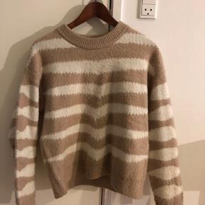 Jeg sælger min flotte og varme sweater fra mango af🥰 ingen tegn på brug Str M men, jeg ville mene at den passer en Small næsten bedre Np var 450kr Mp: 150kr💖