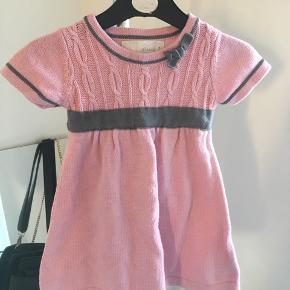 """Fin kjole fra mærket """"Camilla""""  Kan sendes på købers regning eller afhentes i Randers.  Mængderabat gives ved køb af mere end én vare ☀️"""