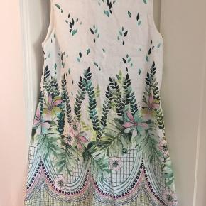 Fin sommerkjole fra Zara. Lidt åben i ryggen (se billede nr 2). Meget begrænset brugt. Pæn stand. Fra røgfrit hjem.
