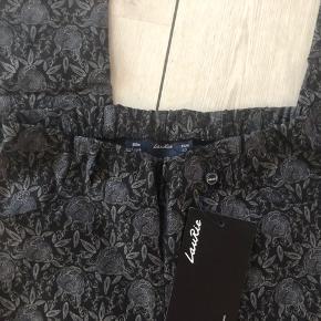 Super lækre bukser med elastik i taljen.  Pragtfuld pasform  Med tags