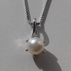 Vedhæng i 14 karat hvidguld fra Scrouples sælges. Prydet med en flot ferskvandskultur perle. Stemplet SC 585. Kæde medfølger ikke - kan tilkøbes.