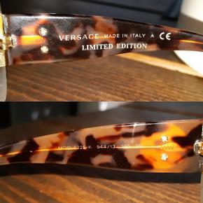 Versace solbriller med bruntonede glas og turtlefarvet stel. Fået i gave, så aner ikke, hvad nyprisen er. De er ret fede, men mit hoved er bare desværre alt for lille til store solbriller. Der medfølger originalt etui.