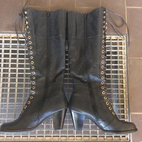 Super flotte Vagabond støvler i skind, og med lækkert tekstil foer. Brugt en enkelt gang, desværre købt for små.