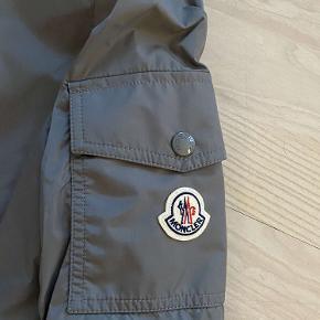 ❌sælges for min kæreste❌  Super lækker Moncler jakke! Jakken er aldrig blevet brugt, men er prøvet på to gange.   Den sælges, da han har fundet en anden jakke.   Jakken er meget unik, da farven kun kan fåes i Moncler butikken og ikke på nettet.   Jakken er udsolgt, og kan dermed ikke købes længere.   Det er en str. 3, og den fitter en størrelse s-m.  Ny pris: 3800 kr. Hans pris: BYD, så finder i ud af noget.   Kvittering, dustbag, bøjle og pose til jakken medfølger.   Skriv til mig over Trendsales, eller min kæreste (20856941) - Noah.