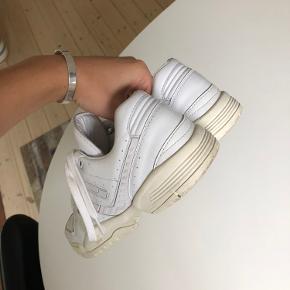 Sælger mine Adidas sneakers. Købt i sommers og fremstår i rigtig fin stand :)
