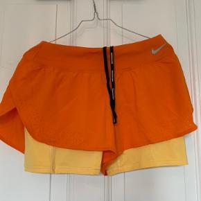 Super fede orange Nike shorts med gule indershorts i str. medium. Kun brugt en enkelt gang!