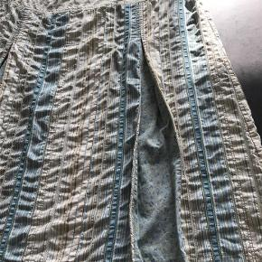 Varetype: One Two Nederdel Størrelse: 44 Farve: Turkis,blå,grå Oprindelig købspris: 600 kr.  Rigtig sød nederdel med læg. 62% cotton, 38% polyamid. Længde 66cm. Liv 96 cm.