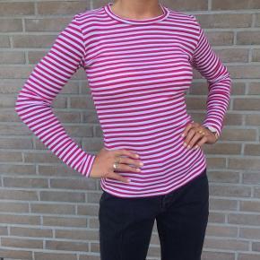 Rigtig fin stribet bluse fra Mads Nørgaard. Den er kun brugt et par gange og er derfor i rigtig god stand. Farven er en blanding mellem rød og lyserød.  Skriv endelig, hvis du har nogen spørgsmål 💜