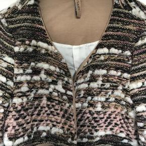 Varetype: Blazer Farve: Multi  Smuk vævet jakke i bouclé Kort model  Bytter ikke