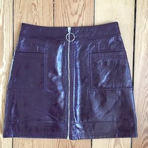 Fed bordeaux lak nederdel fra Topshop med lommer og lynlås