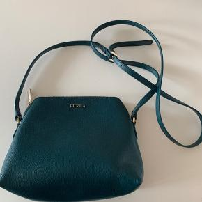 Grøn læder taske fra Furla med lange skulderstropper.  Brugt et par gange, men fremstår som ny.  Kan afhentes i København SV eller sendes med DAO.