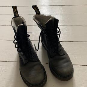Lækre, forede støvler fra dr. martens. Trænger til skosværte, men er eller i rigtig god stand :)