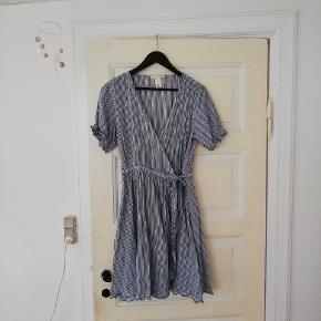 Vildt fin stribet wrap / slå om kjole fra h&m med flæser, bindebånd og pufærmer. Er kun brugt en enkelt gang. Kan også passes af en str 40, muligvis også en 38