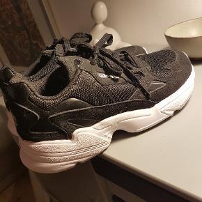 Adidas Falcon str 41 1/3. Bruger normalt str 40, men måske lidt små i str. Har prøvet dem en dag, den er for voldsom til mig. Pga nerveproblemer i venstre fod, så duer den ikke desværre.