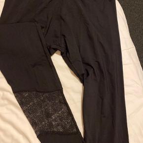 Sloggi Move tights, helt nye med mærke. Har et gennemsigtigt stykke med mønster nederst ved benene.