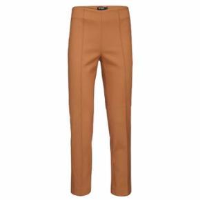 Tiger of Sweden Jacea bukser. Farven er mørk tan/camel.  De har kun været brugt én gang og er så fine som nye.   SÆLGES FOR 150 PP.   Kan sendes eller hentes på Frederiksberg.   BYTTER IKKE!