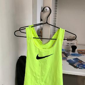 Sports top fra Nike  Str S (Passes af XS, S, M)  Perfekt stand, borset fra en lille plet på ryggen - vist på billede