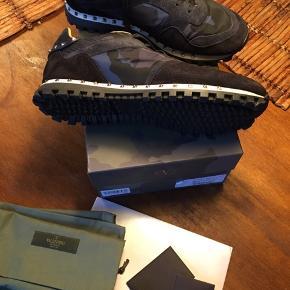 Brugt, men virkelig velholdte. Ingen slidtage. Valentino sneakers camouflage. Sort/mørkeblå. Alt originalt medfølger. Nypris 580 euro. Seriøse bud modtages.