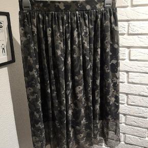 Sælger denne fine grønne Camo nederdel fra Vero Moda i str. Large. Den er brugt en smule og brugsspor kan forekomme.