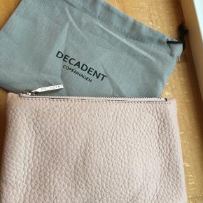 Decadent lille pung med lynlås, mærket er taget af men den har aldrig været brugt.