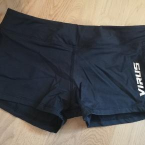 Virus shorts i navy  Bud modtages. Ved køb af mere end et produkt, er der mulighed for mængderabat