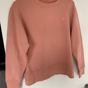 Sælger denne super fede og lækre Acne Studios sweatshirt af bomuld.  Det er en cond 9. Den er brugt få gange og er i super fin stand. Der er intet galt med den.  Det er en størrelse Small. Den er 65 CM fra top til bund.  Jeg sælger den for 950kr  Har Price tag og bag.