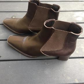 Varetype: Ankelstøvler Farve: Brun  Lækre nye brune støvler til salg mrk. Sioux , der står ingen str i men regner med en str 39/40 Kan prøves og hentes i Roskilde  Pris 125kr