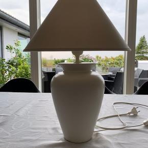 Hvid lampe med skærm.Højde ca.45 cm.