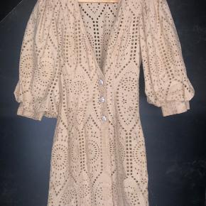 Smukkeste Ganni kjole i varm beige med smukkeste knapper.
