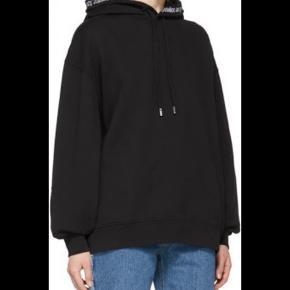 Sælge min helt basic sorte hoodie fra acne. Detalje: ACNE STUDIO står rundt om halsen  Bruger ikke  Den er MEGET oversized. Svarer til en M-L