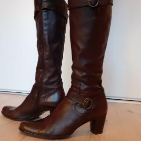 Lækker støvle i blødt skind. Størrelsessvarende. Nypris ca 1600. Skaftevidden kan reguleres både øverst og ved anklen.