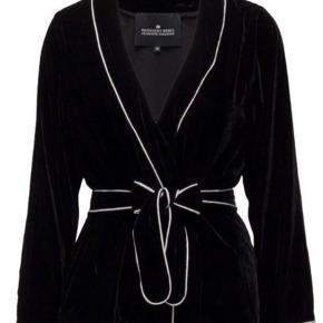 Smukkeste blazer/kimono i sort velour. Kun prøvet på. Passer en str 38/40.  Nypris 1500 kr.   Giver gode mængderabatter 🌸