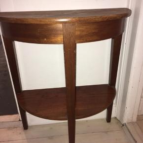 Antik halv-bord. Jeg har brugt det til at have stående ude i entreen :) Byd gerne.