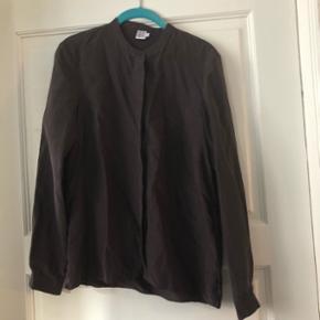 Smuk silke skjorte i mørkebrun fra Saint Tropez. Vasket en gang, men aldrig brugt. Str. S. Jeg bytter ikke.  Nypris 500 kr