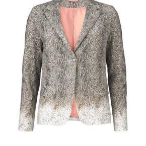 Smart blazer fra Gustav sælges.  Kun brugt 3 gange.  Bemærk, det er kun blazeren, der sælges.   Bukser i str. 40 kan sælges med.  Nypris for begge dele 3600 kr.